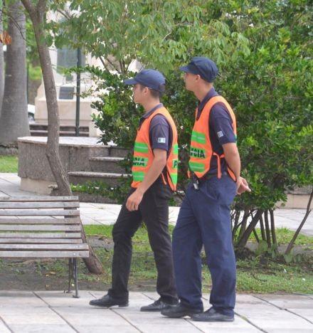 Los recién egresados y los estudiantes de la Escuela de Policía cumplen la función de caminantes y observadores en las calles de Resistencia.